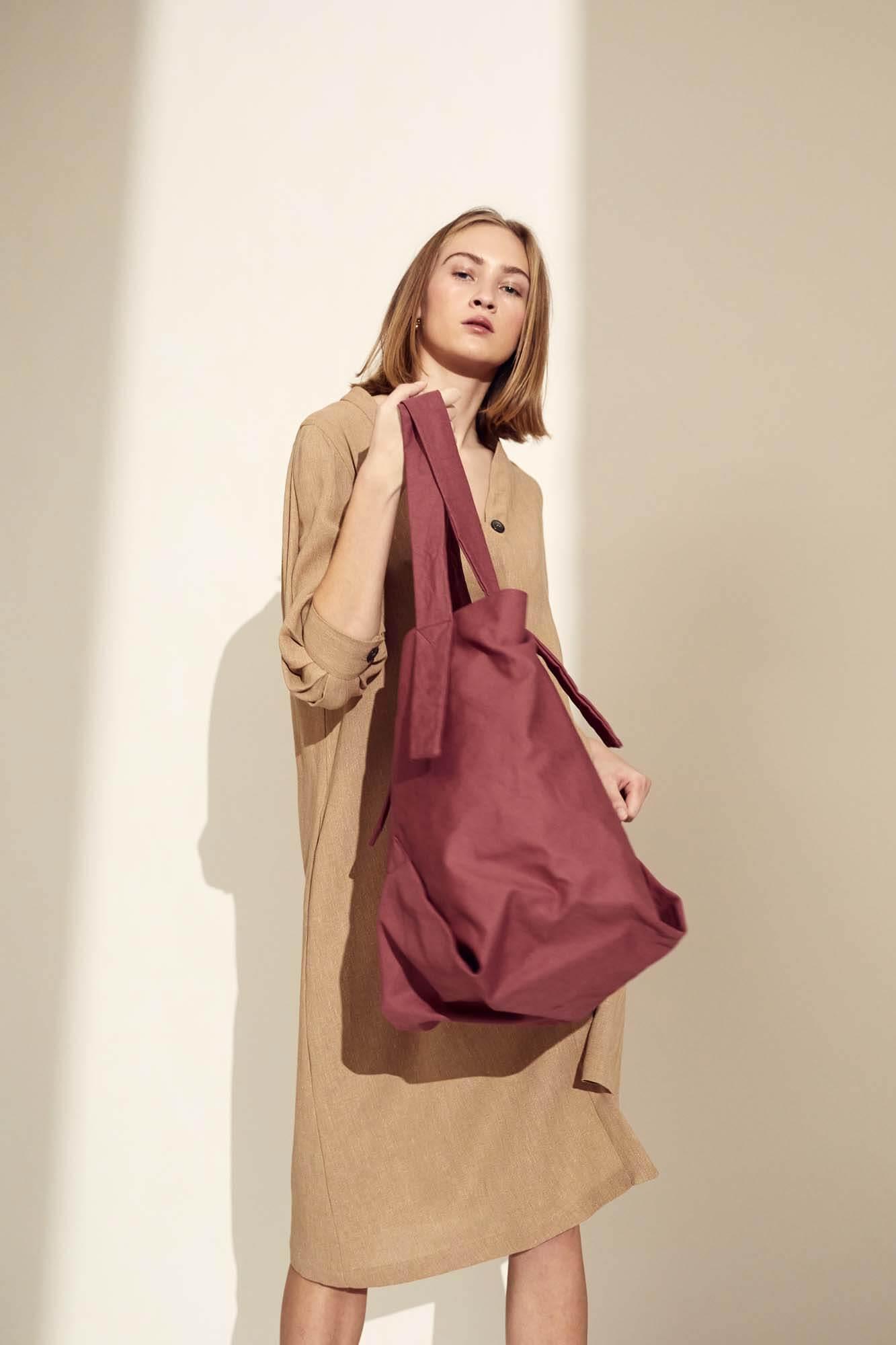 Brun kjole og rød taske | SS21