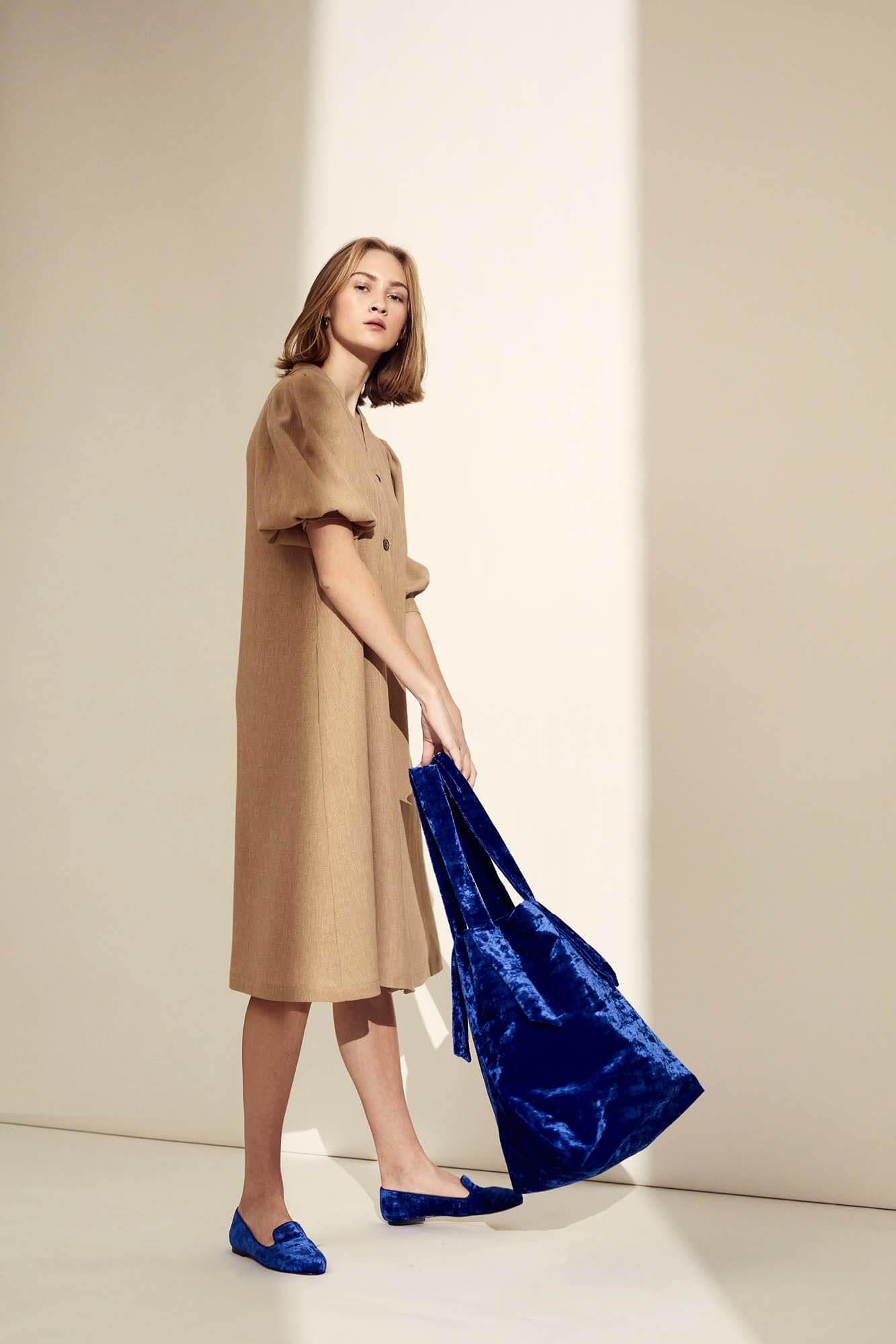 Brun kjole og blå taske | SS21