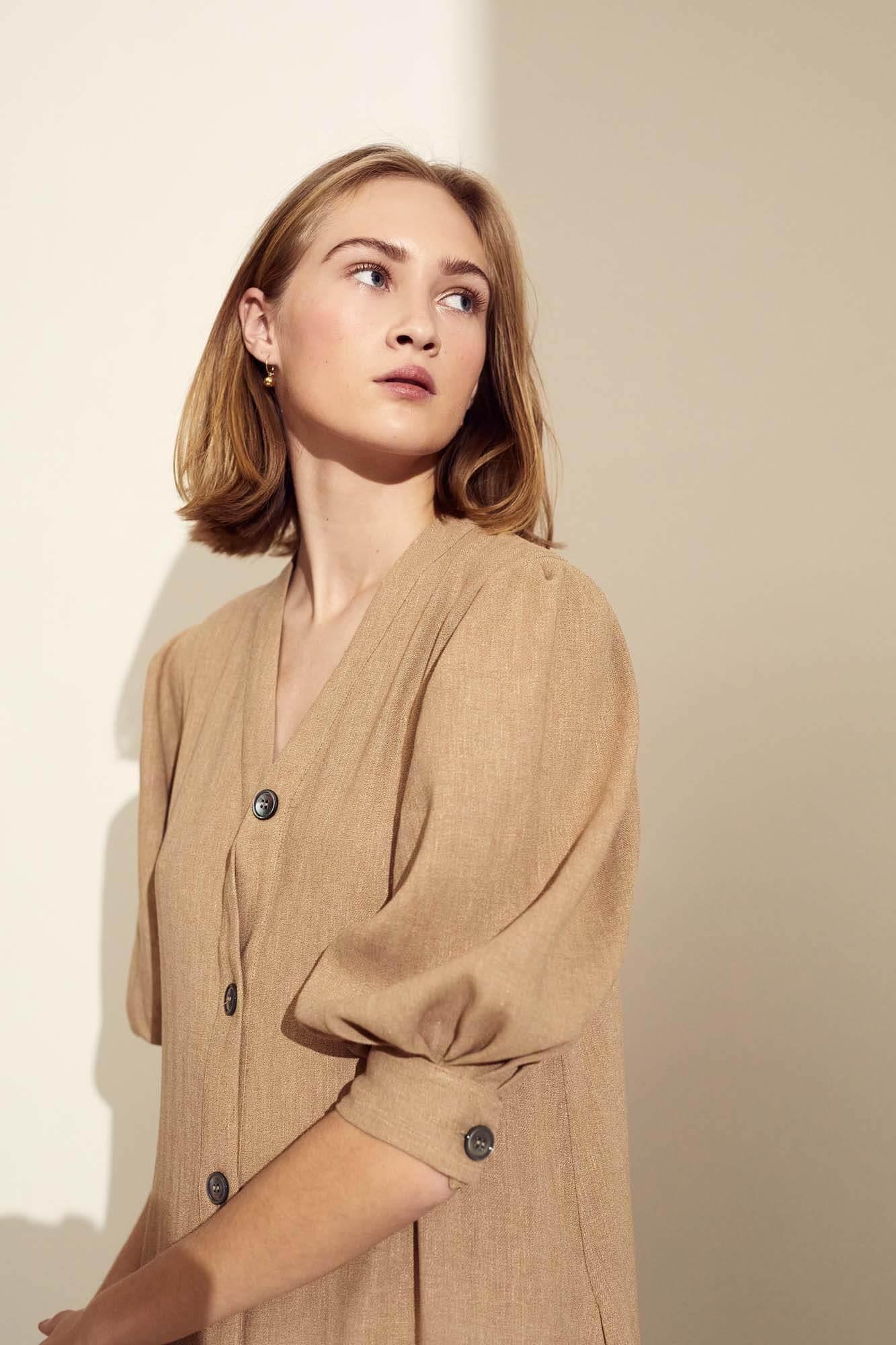 Closeup brun kjole front | SS21