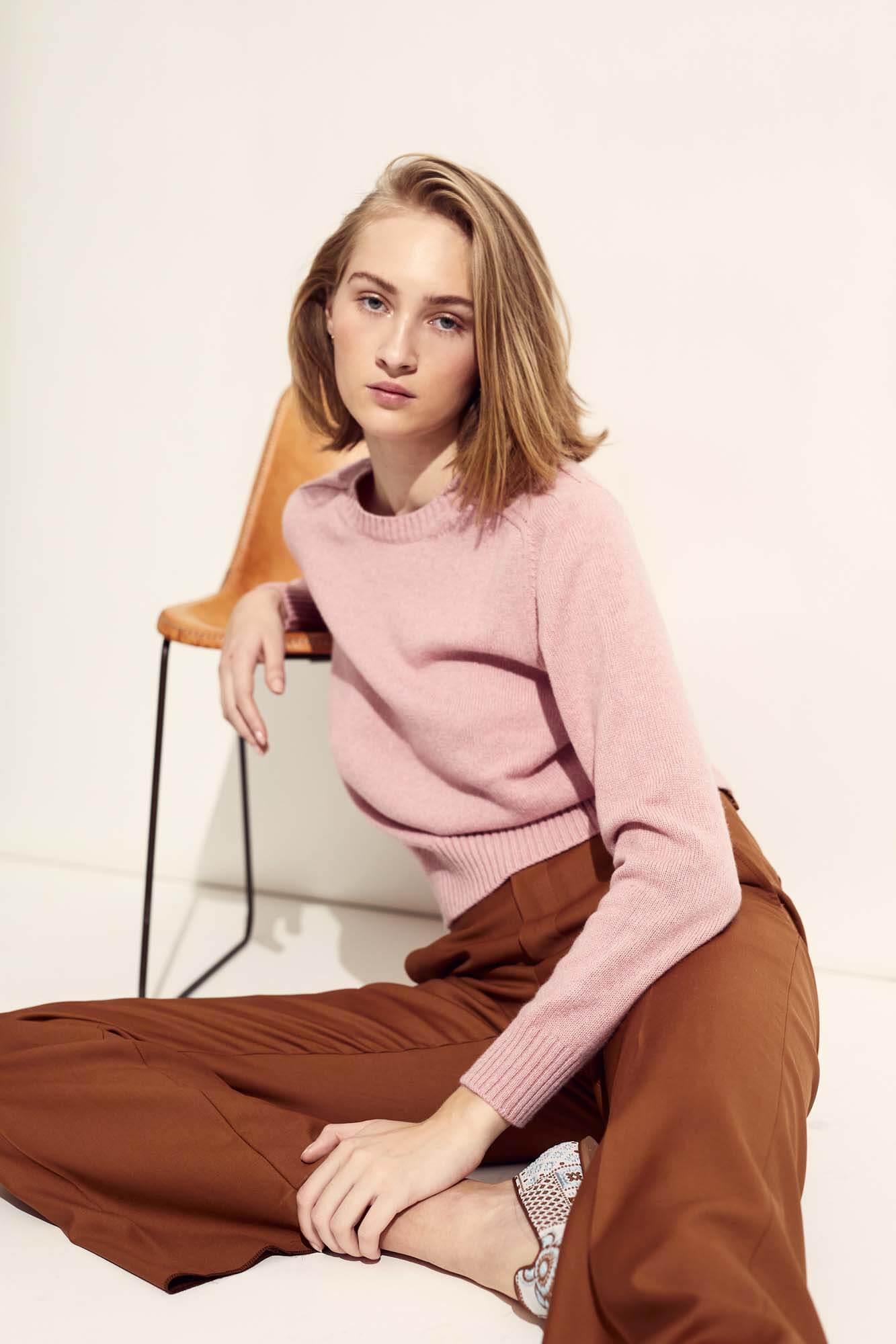 Lyserød strik og brune bukser | SS21