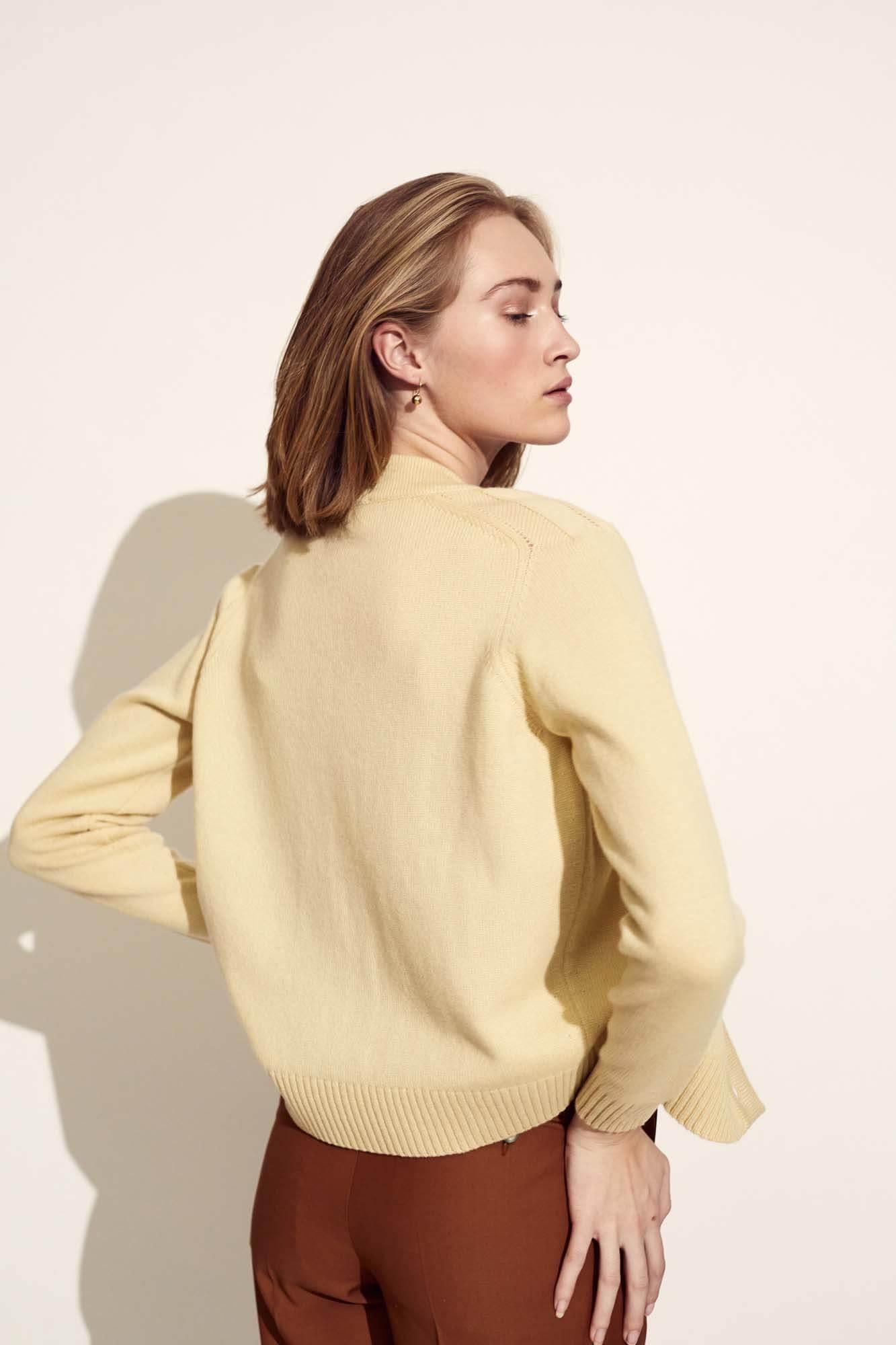 Dame med gul trøje og brune bukser | SS21