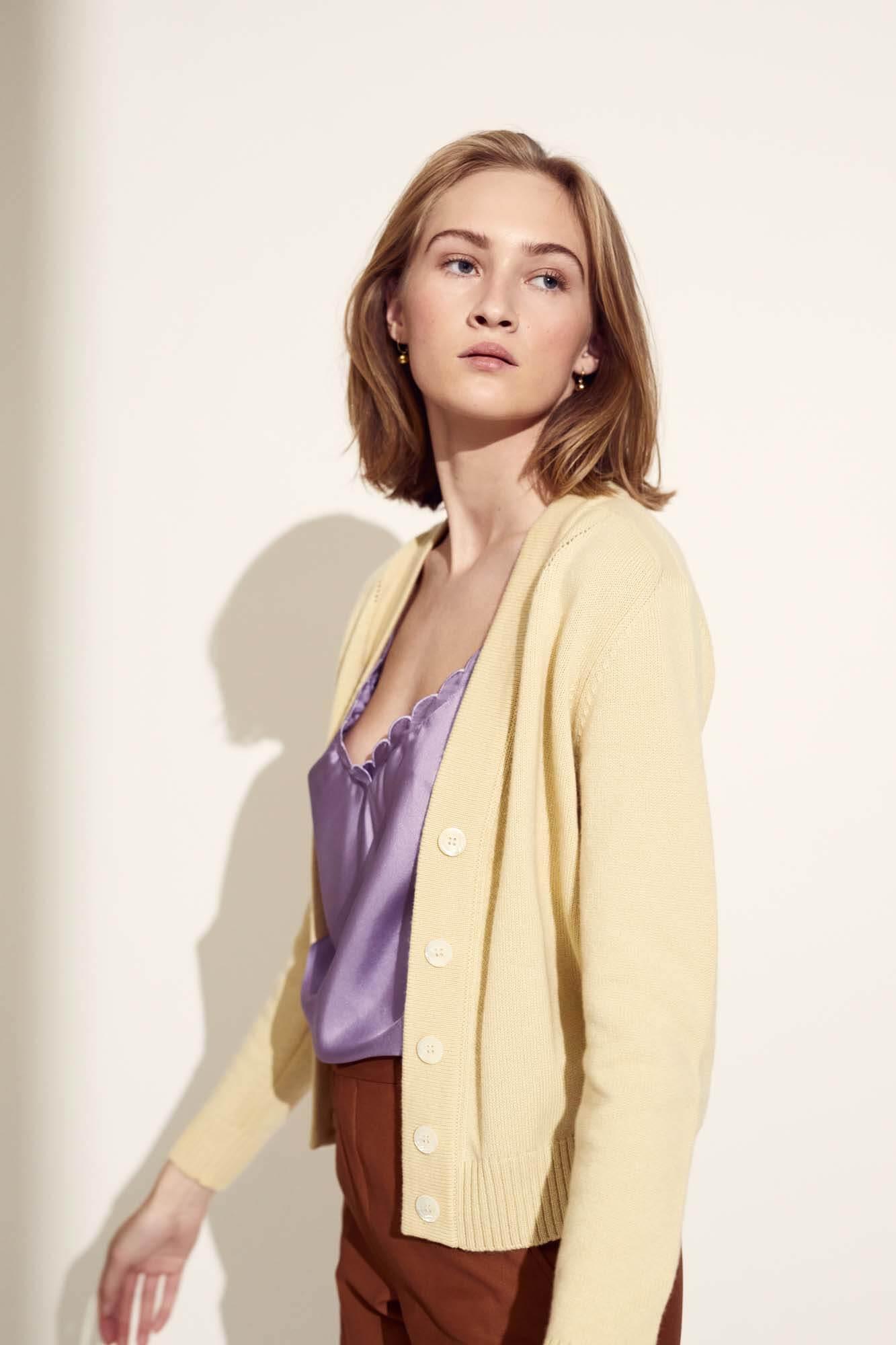 Dame med gul trøje og lilla undertrøje | SS21