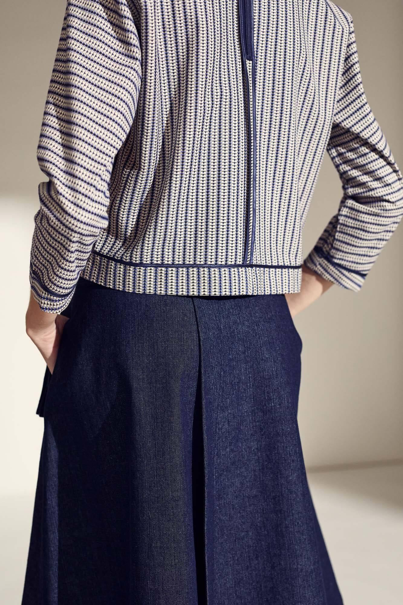 Stribet trøje og blå nederdel closeup | SS21