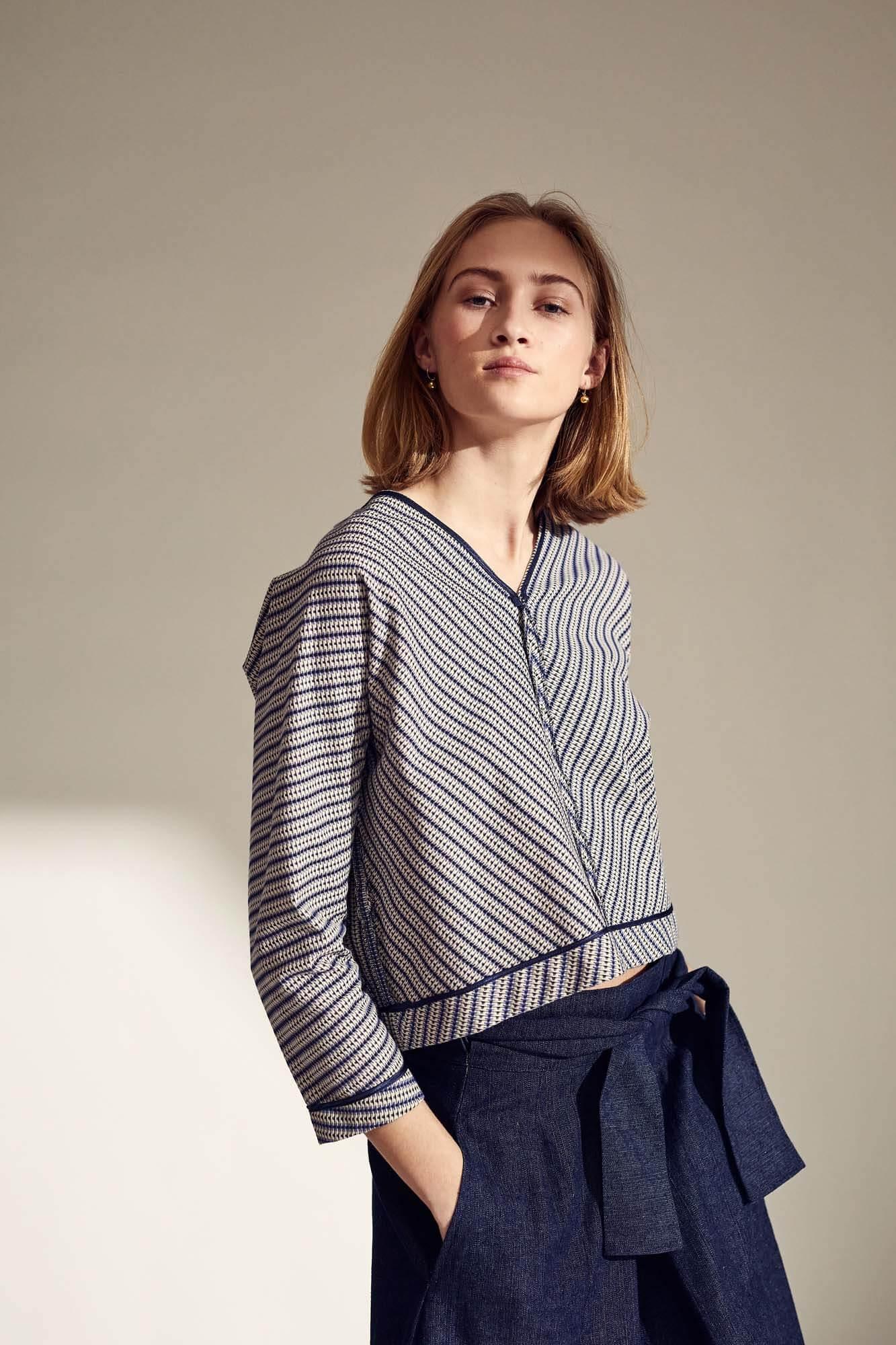 Stribet trøje og blå nederdel 1 | SS21